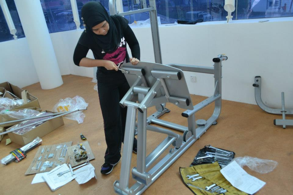 Diane Sera sedang memasang peralatan gym di Kem Kemensah