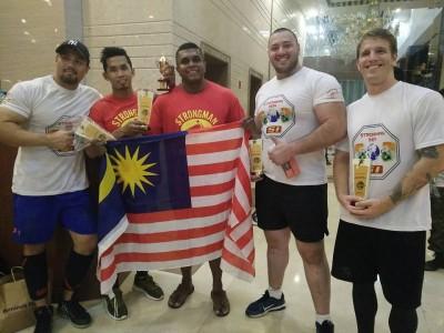 Bersama atlet daripada Thailand